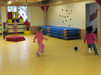 Kinder in einer Turnhalle