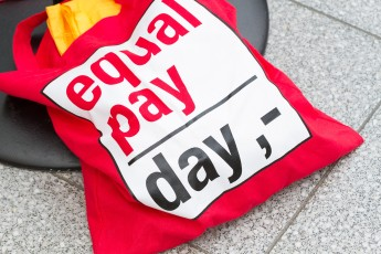 Rote Equal Pay Day-Tasche am Boden liegend