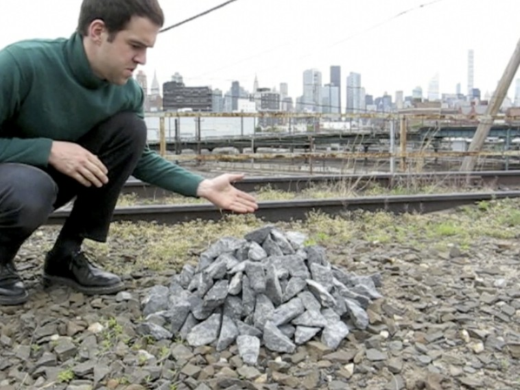 "Bastian Hoffmann, Gravel pile (Videostill), aus der Tutorial Clip-Serie ""Today I want to show you..."", 2012 – fortlaufend, 4:33 Min; Video, Farbe, Ton"